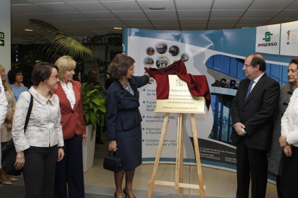 Doña Sofía durante el descubrimiento de la placa conmemorativa de su visita