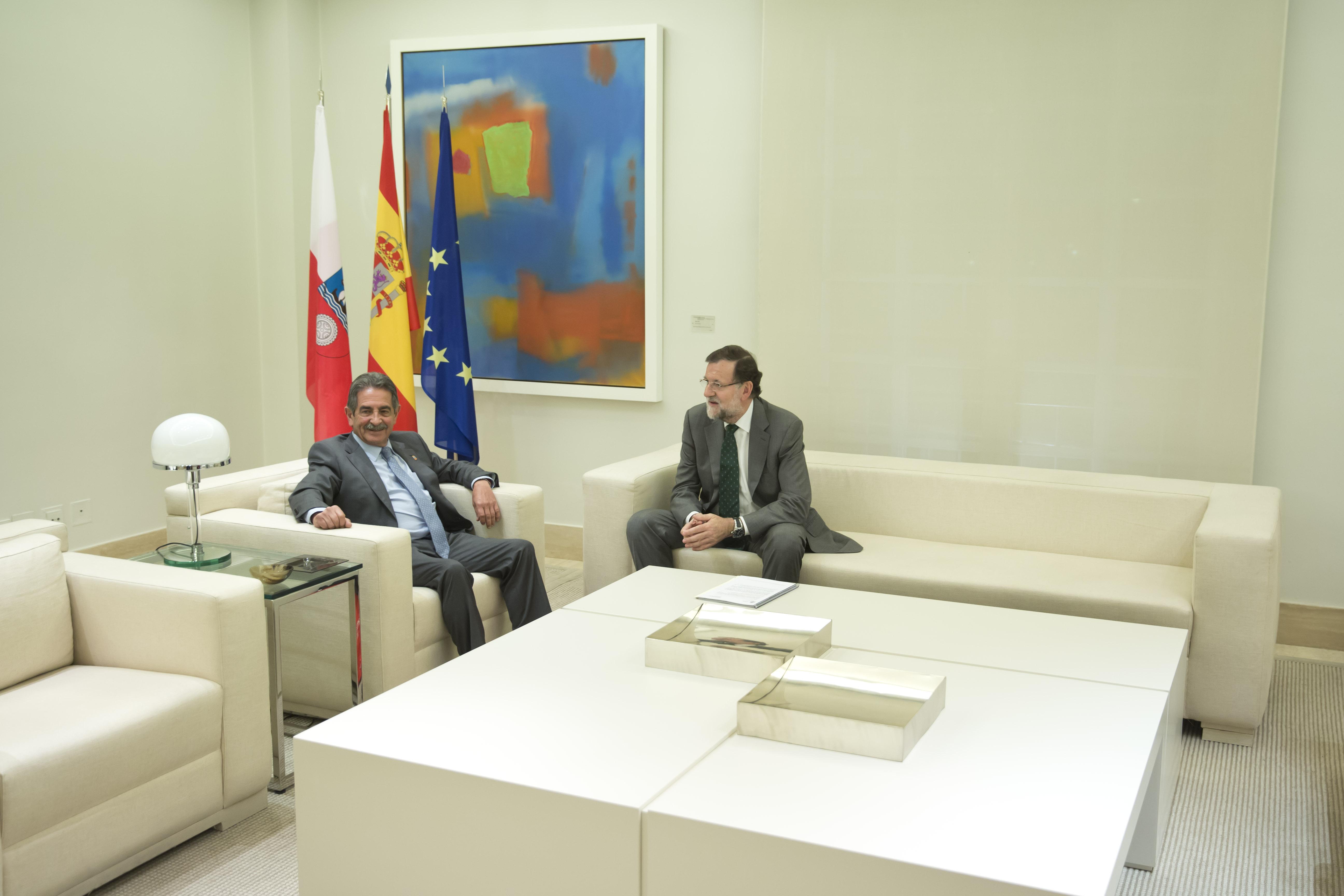 02/11/2015 Madrid, España El Presidente del Gobierno, Mariano Rajoy, recibe al presidente de Cantabria Miguel Angel Revilla. Fotografía: Diego Crespo / Moncloa Presidencia del Gobierno