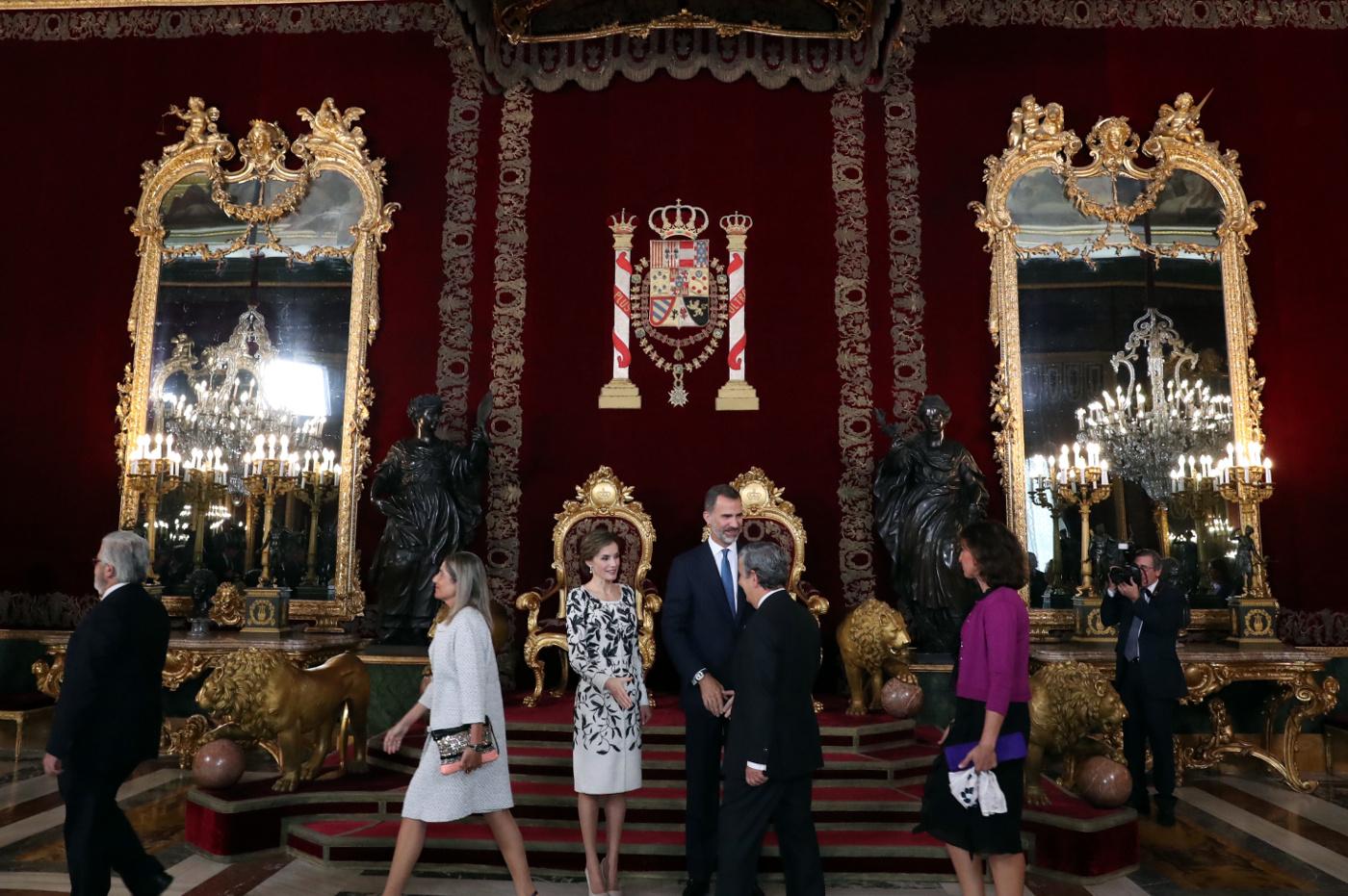 Don Felipe y Doña Letizia en el Salón del Trono durante la recepción con motivo del Día de la Fiesta Nacional