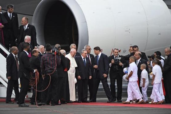 Papa-Francisco-Raul-Castro-aeropuerto-La-Habana-20150919