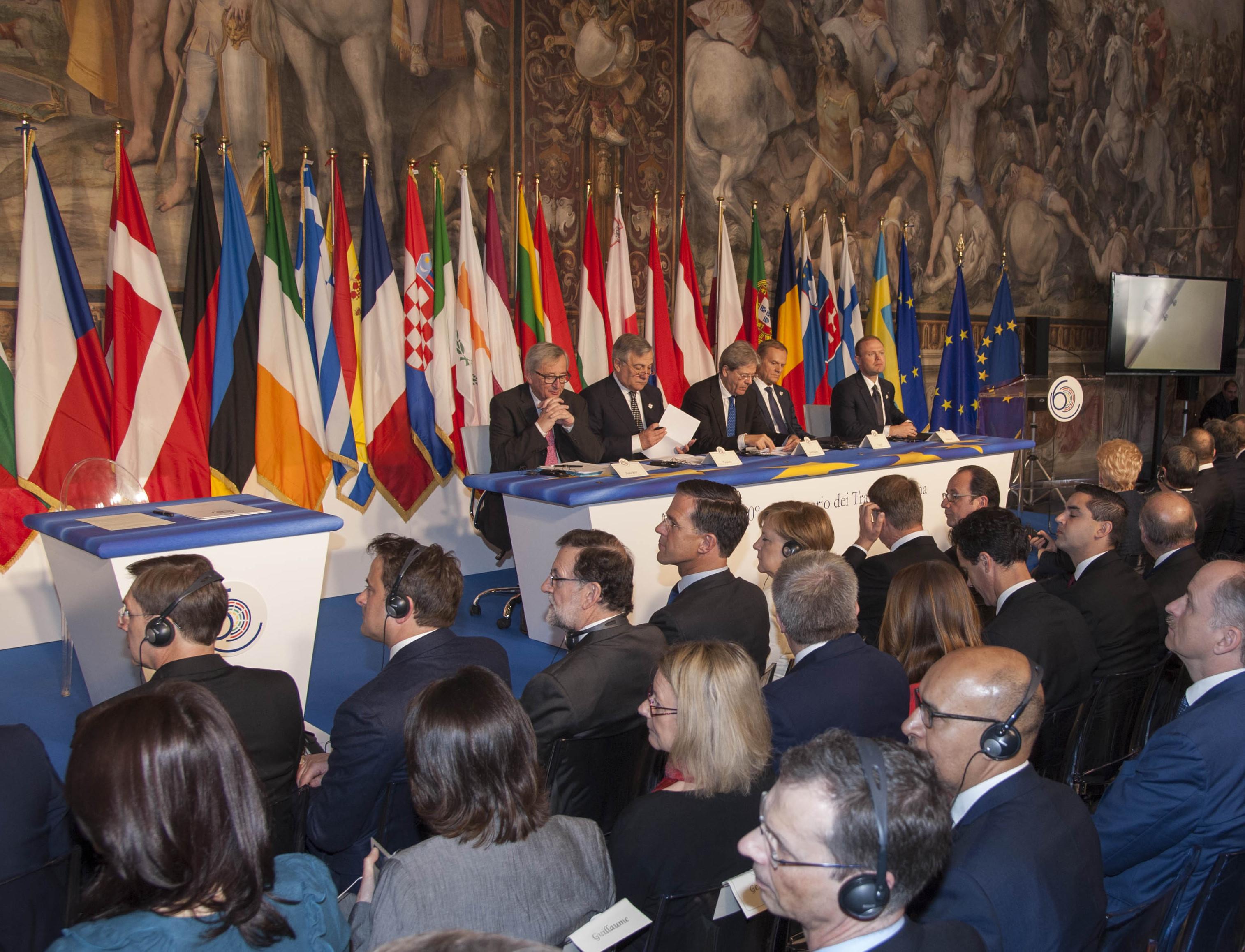 GRA011. ROMA, 25/03/2017.- Los jefes de Estado o de Gobierno de los 27 países de la Unión Europea (UE), sin Reino Unido, conmemoran hoy en la capital italiana el 60 aniversario de los Tratados de Roma y firmarán una declaración sobre el futuro del bloque comunitario. En la imagen los líderes de los Estados miembro de la UE, junto a autoridades comunitarias, entre ellos el jefe del Ejecutivo español, Mariano Rajoy (3-i, primera fila); la canciller alemana, Angela Merkel (5-i, primera fila, y el presidente francés, Francois Hollande (7-i, primera fila), al inicio de la ceremonia en el Campidoglio, sede del Ayuntamiento romano y donde en 1957 se firmaron los fundacionales Tratados de Roma. EFE/Antonello Nusca