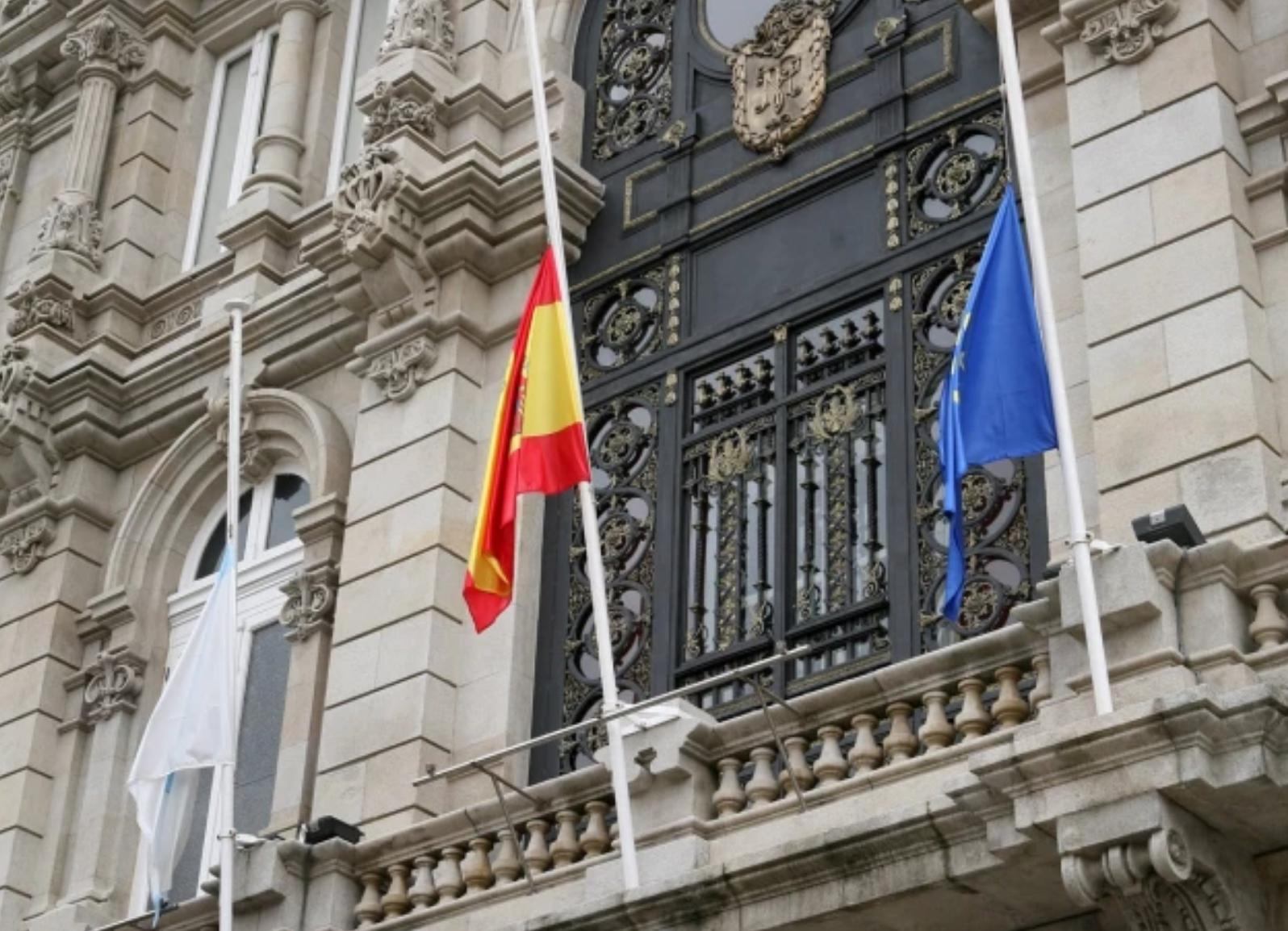 Banderas a media asta en el Ayuntamiento de A Coruña, tras declarar la Corporación Municipal luto oficial en su municipio.